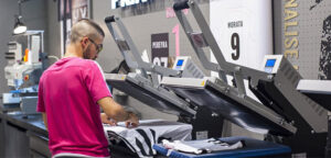 masowa produkcja koszulek z nadrukiem